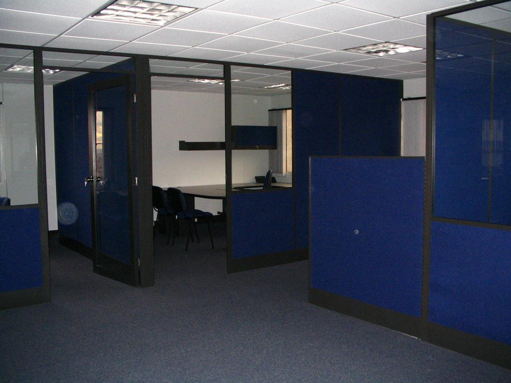 Divisiones oficina paneles mixtos media altura piso techo for Modulos para oficina